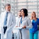 grupo-de-doctores-andando